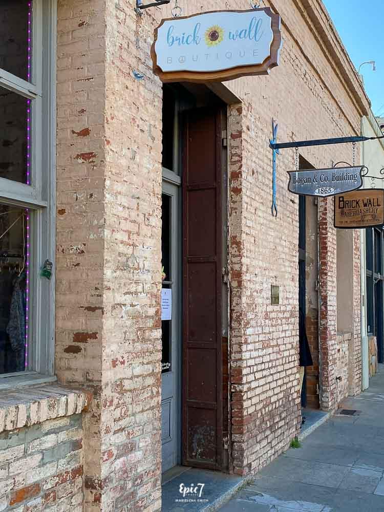 Brick Wall Boutique exterior Mariposa